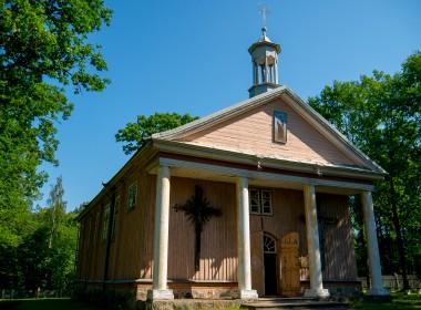 Stakių bažnyčia ir varpinė