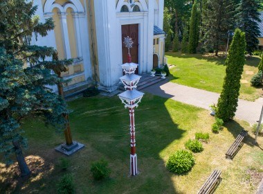Stogastulpis su skulptūromis
